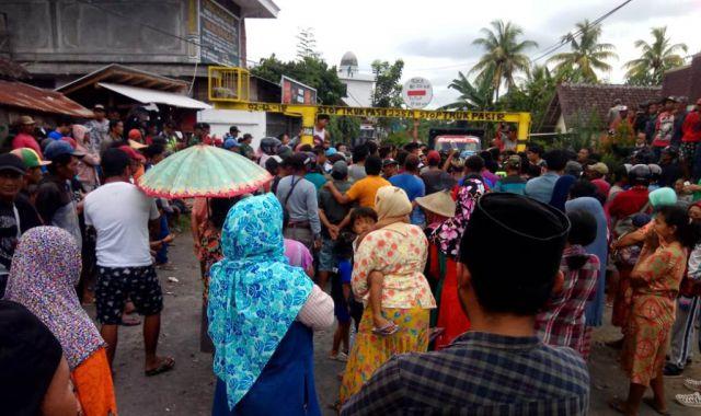 Emak-amak dan Anak-anak Mulai Hadang Truck Pasir di Jarit
