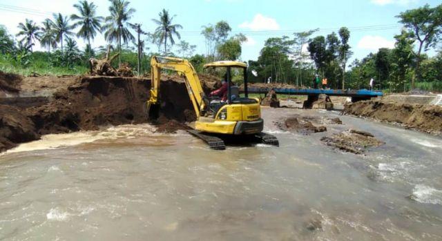 Air Meluap, BPBD Keruk Sedimentasi Jembatan Jatisari Lumajang