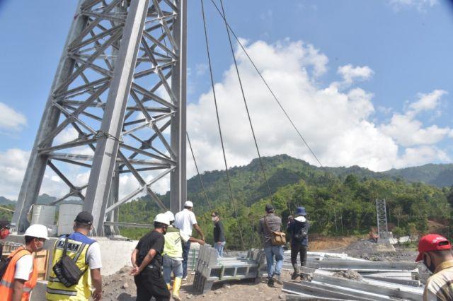 Cak Thoriq Tinjau Pembangunan Jembatan Gantung Kaliregoyo Lumajang
