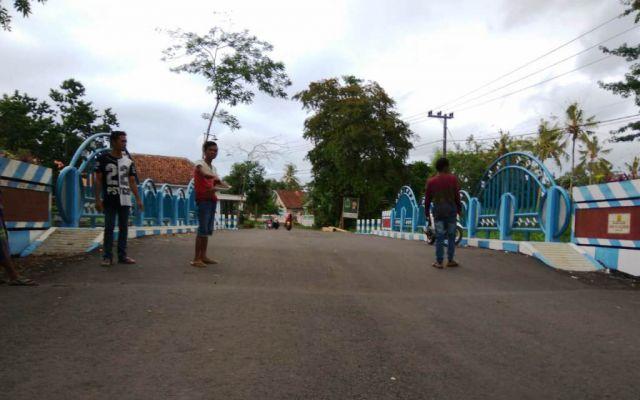 Waduh...! Baru Selesai Dibangun Aspal Sisi Jembatan Desa Kalidilem Ambles