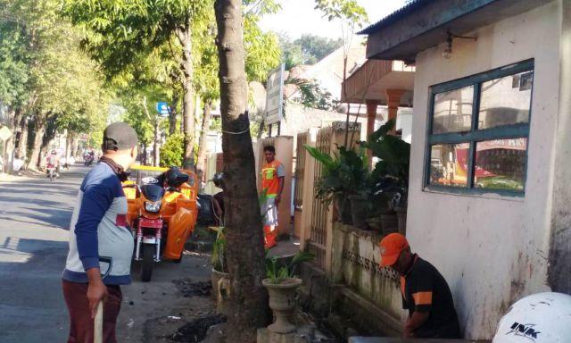 DLH Gerak Cepat Atasi Bau Busuk Selokan Jl. Veteran Lumajang
