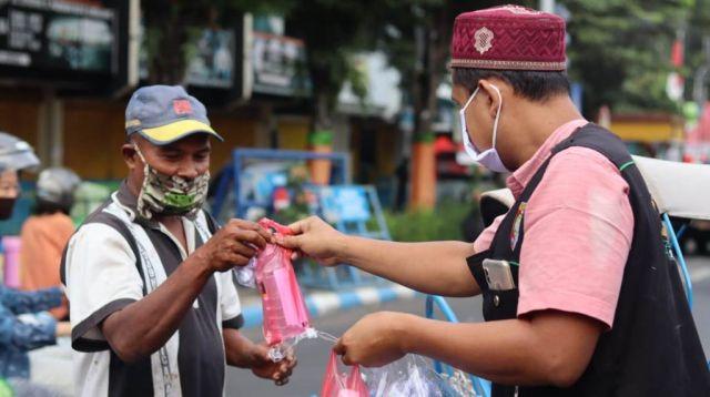 Jam'iyah Ruqyah NU Lumajang Bagikan Masker dan Air Ijazah