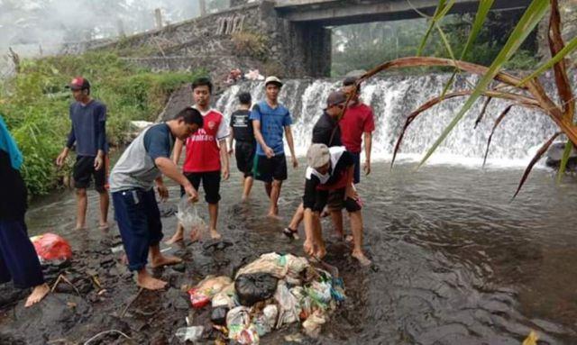 Warga Sumberwuluh Bersihkan Sungai dari Sampah Plastik Popok Bayi