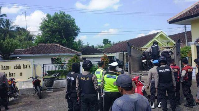 Tim Cobra Geledah Semua Sepeda Motor di Desa Kalidilem Lumajang