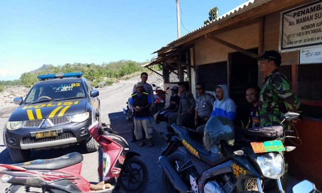 Truck Pasir Sementara Lewat Jalan Padat Penduduk Gondoruso