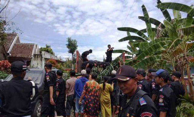Karang Taruna Komando Bantu Pakan Ternak Korban Banjir Rowokangkung