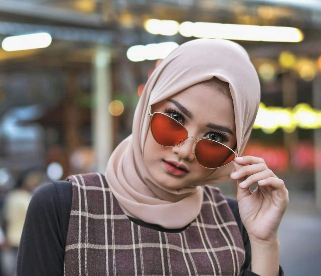 Vera Karina Tampil Berbeda Saat Jadi Model Hijab