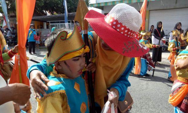Aksi Menggemaskan Siswa SD Saat Ikuti Karnaval di Desa Besuk