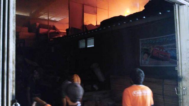 Api Hanguskan Gudang Furniture Centiro di Labruk Lor