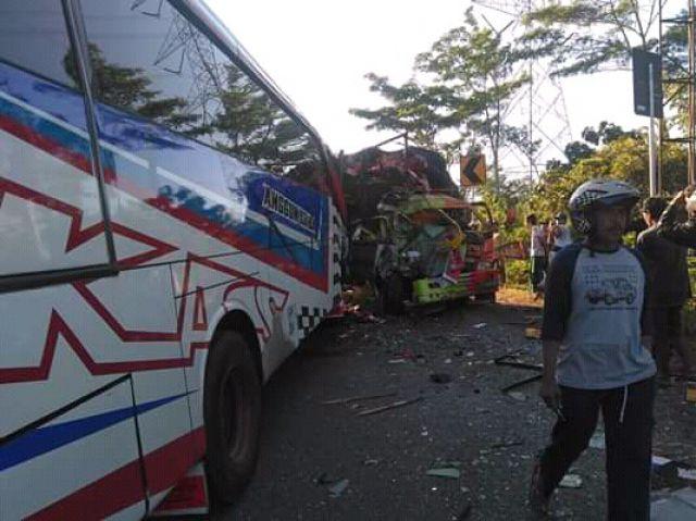 Adu Moncong Bus dan Truk di Probolinggo, Dua Sopir Tewas Terjepit