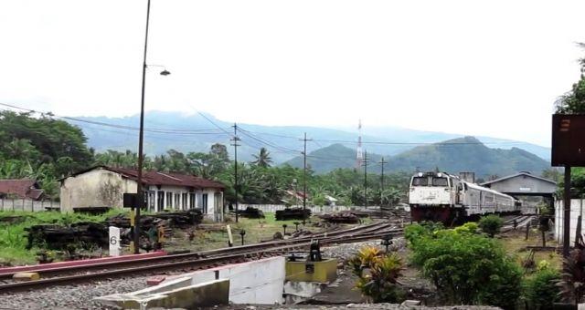 Berbahaya, Banyak Anak Kecil Iseng Lempar Kereta di Jalur Jatiroto-Klakah