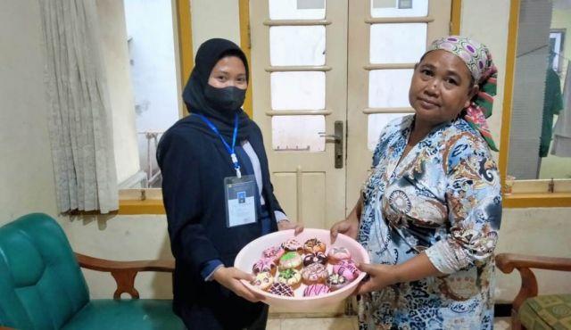 Mahasiswi UNEJ Dampingi UMKM Donat di Desa Wonorejo Lumajang