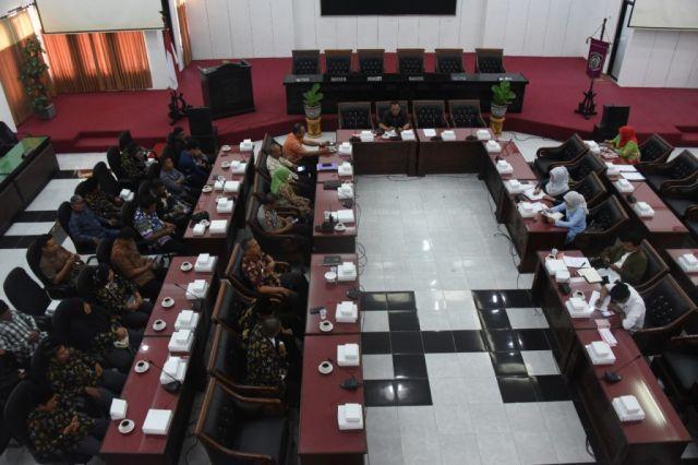Komisi A DPRD Pertemukan Perangkat Desa dan Kades Ranuwurung Lumajang
