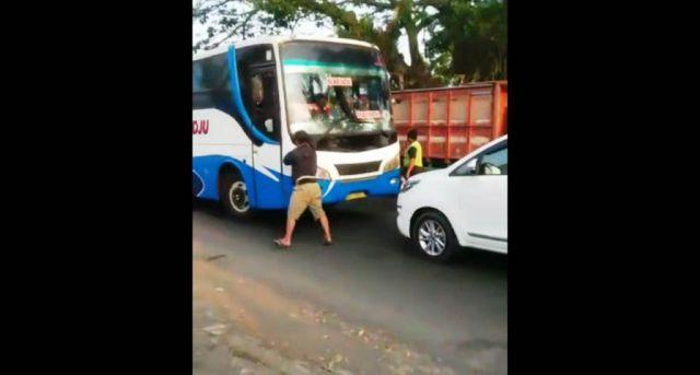 Viral..! Bus Ladju Dihadang Mobil Inova di Jalan Jatiroto