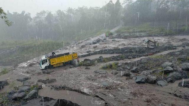 Truck Pasir di Pasrujambe Lumajang Nyaris Terseret Lahar Dingin Semeru