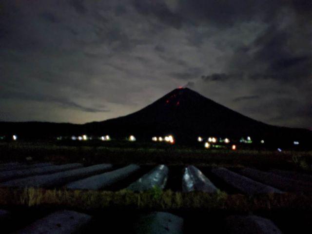 Lelehan Lava Semeru Terlihat Indah Malam Hari dari Pronojiwo Lumajang