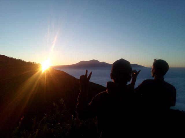 Melewati Ekstremnya Jalur Gunung Lemongan demi Sunrise yang Menawan