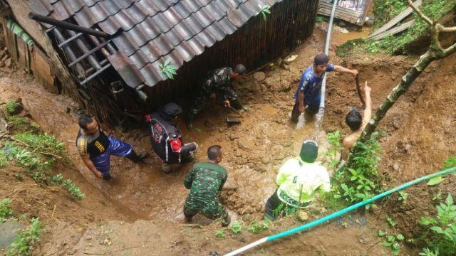 Hujan Lebat, Tanah Longsor Timpa Sejumlah Rumah di Pronojiwo
