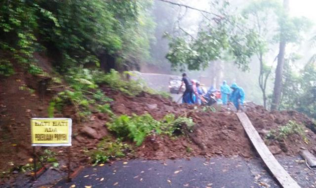 Longsor Timbun Jalan Menuju Desa Ranu Pani Senduro