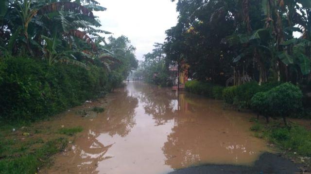 Luapan Sungai Bondoyudo Tutup Jalan Desa Banyuputih Kidul Lumajang