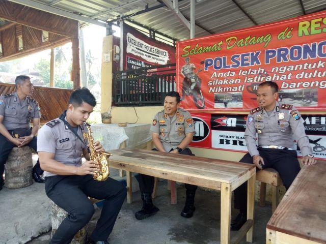Ada Musik Saxophone di Ngopi Tangguh di Polsek Pronojiwo  Lumajang