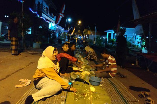 Sambut HUT Kemerdekaan, Warga Kebonagung Makan Bersama Sepanjang 200 Meter