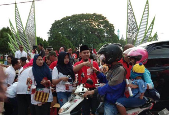 Sebar Visi-Misi, Relawan Mbak Puti Bagi Takjil di Alun-alun Lumajang