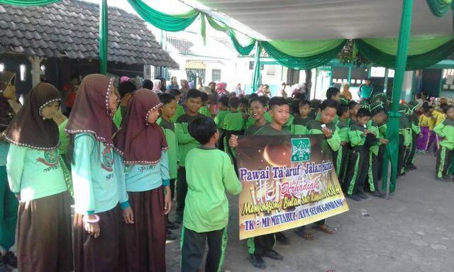 Sambut Bulan Ramadhan, TK-MI Miful Selokgondang Pawai Ta'aruf Kelilingi Desa