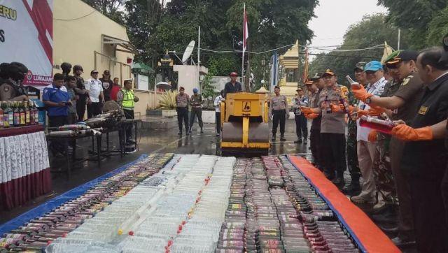 2020 Botol Miras Dimusnahkan di Halaman Mapolres Lumajang