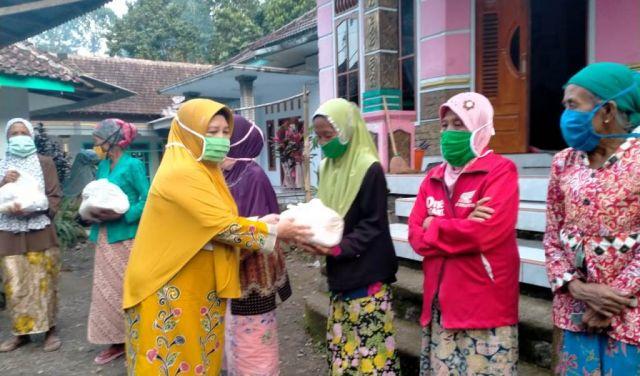 Muslimat NU Lumajang Salurkan Bantuan Sembako di Pedesaan