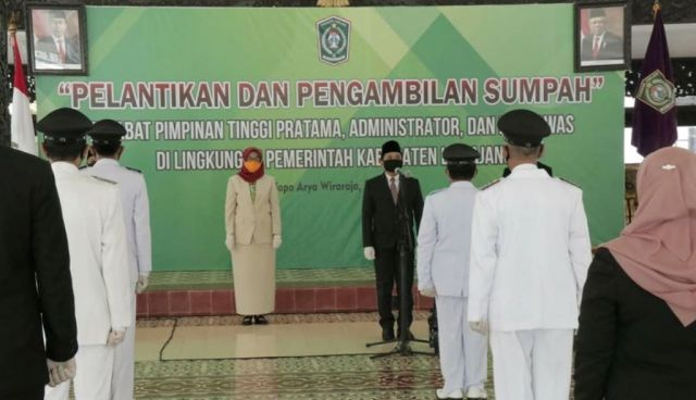 Cak Thoriq Lantik 20 Pejabat Pemkab Lumajang di Pendopo Arya Wiraraja