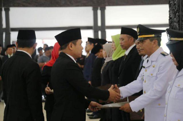 Cak Thoriq Lantik 12 Pejabat Strategis Pemkab Lumajang