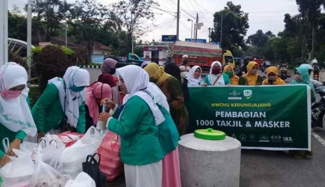 MWC NU Kedungjajang Lumajang Bagikan 1.000 Takjil dan Masker