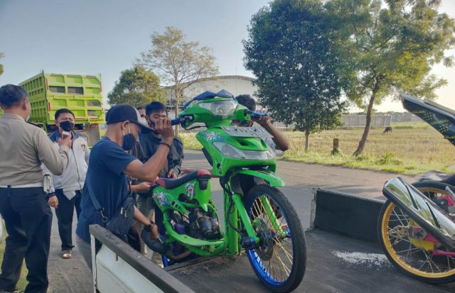 Ngabuburit, Satlantas Polres Lumajang Amankan 13 Sepeda Motor Protolan