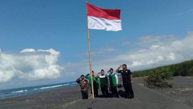 Warga NU Selok Anyar Kibarkan Bendera di Pantai Cemoro Sewu Lumajang