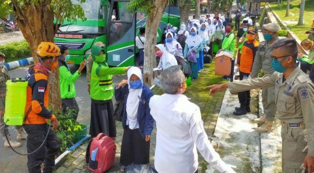 Ratusan Santri Nurul Jadid Disemprot Disinfektan di KWT Lumajang