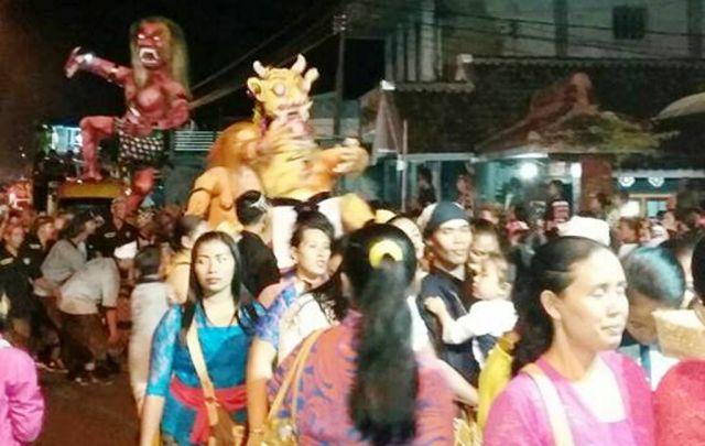 Arakan Ogoh-ogoh Sambut Nyepi di Pura Mandara Giri Semeru Agung Meriah
