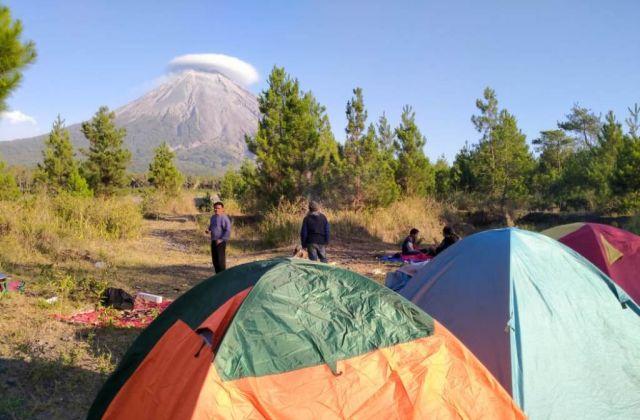 Awan Caping Semeru Terlihat dari Lokasi Camping Ground Oro Oro Ombo