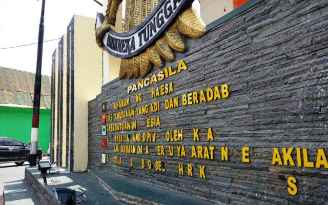 Tulisan Pancasila di Tugu Adipura Lumajang Mrotol
