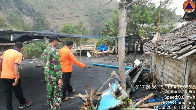 Perahu dan Warung Ikan Bakar di Pantai Dampar Rusak Diterjang Ombak