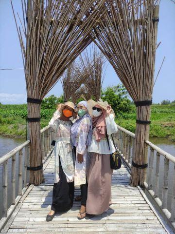 Serunya Selfie di Jembatan Bambu Pantai Mbah Drajid Wotgalih Lumajang