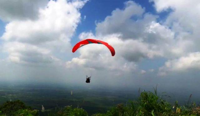 Mantab.! Uji Terbang Paralayang Sukses Take Off dari Puncak Gunung Wayang Lumajang