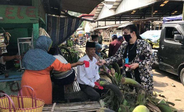 Hari Putri Lestari Bagikan Masker di Pasar Buah Ranuyoso Lumajang