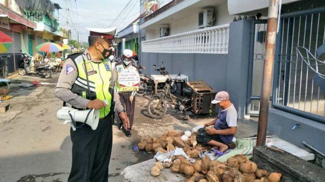 Satlantas Polres Lumajang Minta Warga Pasar Karangbendo Patuhi Prokes