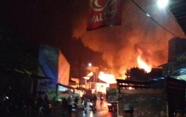 Malam Ini Pasar Pronojiwo Terbakar Hebat