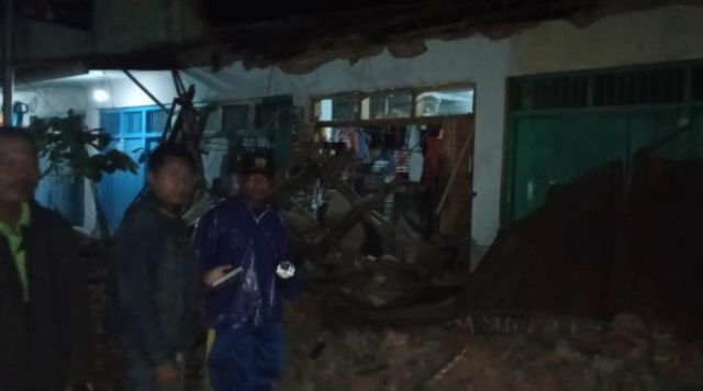 2 Padagang Luka Tertimpa Atap Kios Pasar Yosowilangun Lumajang