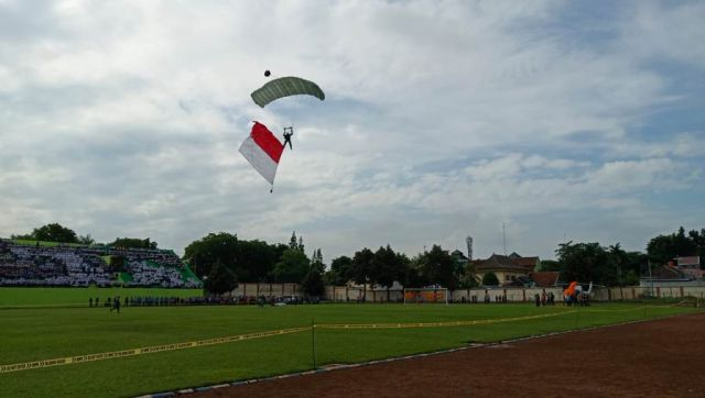 Atraksi Paskhas TNI AU Pukau Ribuan Mata di Stadion Semeru Lumajang