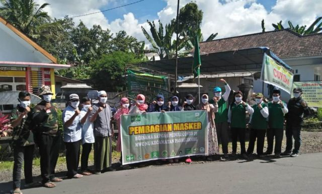 Satgas NU Pasrujambe Lumajang Bagikan Ratusan Masker