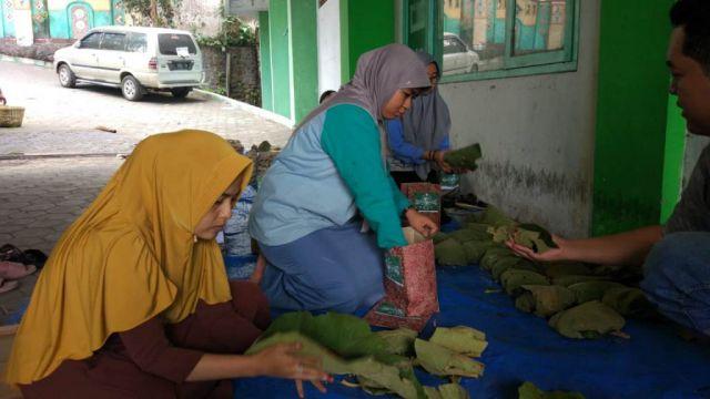 Dibungkus Daun Jati, PCNU Lumajang Distribusikan Daging Qurban
