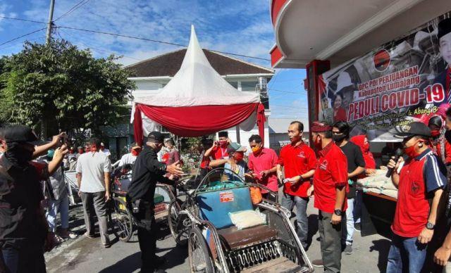 PDI Perjuangan Lumajang Bantu Abang Becak dan Sopir Angkot